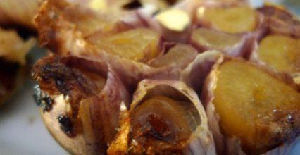 Ăn tỏi nướng chữa đầy bụng – Bí quyết tưởng như đùa